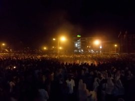 Hawassa - thousands of people at Meskel Eve - main bonfire