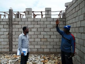 Woninata - superviser Bereket with the foreman